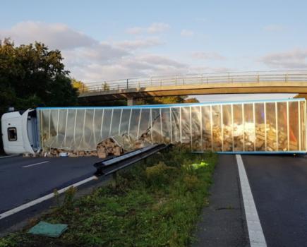 亚马逊卡车在美国A27公路撞毁,导致数千包裹丢失